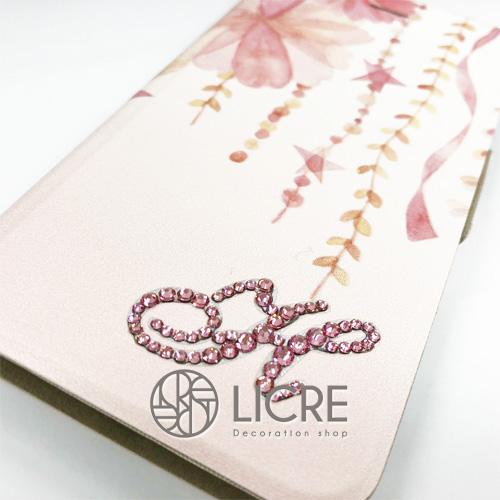 iphone8手帳型ケースの雰囲気にあわせてピンク色のイニシャルデコレーション