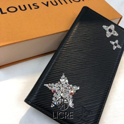 LOUIS VUITTONルイヴィトンの手帳型iphoneケースエピレザーにワンポイントデコレーション
