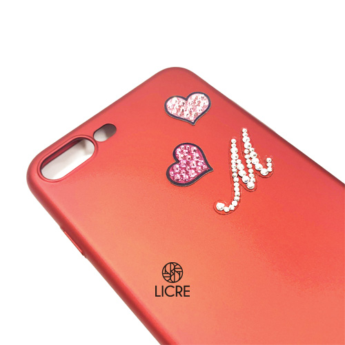 イニシャルデコステッカーとハートが可愛い真っ赤なiphoneケース